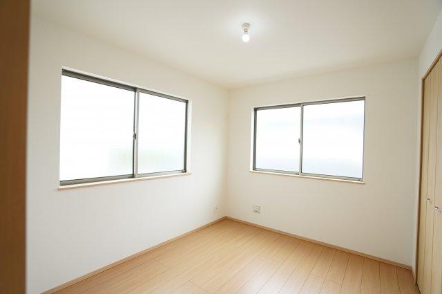 2階5.25帖 窓が2面あるので換気がしやすいです。