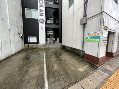ビルの共用駐車スペースです