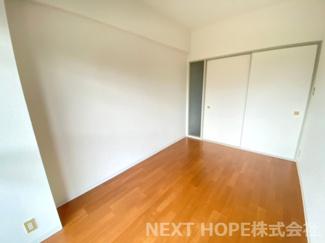 リビングに隣接する洋室5帖です♪建具をオープンにしていただくと、リビングからの広がる空間を確保できますね(^^)