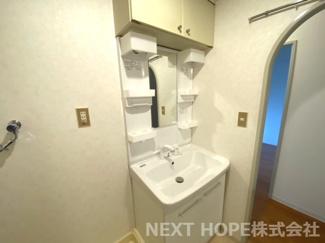 洗面化粧台は2015年11月に交換しております♪シャワー水栓で使い勝手もいいですね(^^)