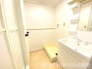 洗面室には洗濯機置き場も設けられております!!