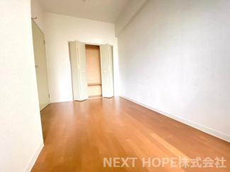 玄関横の洋室5.3帖です♪クローゼットも設けられており、室内を有効に使用していただけます(^^)