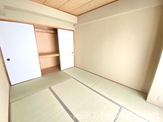 和室6帖です♪足を伸ばして寛げる居室です!小さなお子様の遊びスペースとしても活躍してくれる居室です!!大きな押入れも有り、たくさんのお布団も収納できますね(^^)