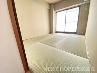 東向きバルコニーに面した明るく開放的な和室6帖です♪室内は令和2年12月リフォーム済み!お手入れ無しで即ご入居していただけます(^^)ぜひ現地をご覧ください!いつでもご内覧していただけます!