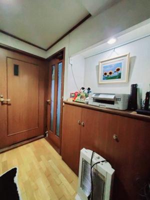 玄関前の下駄箱スペース。収納力があり、上部には間接照明付きでお好きなインテリアが置けます♪