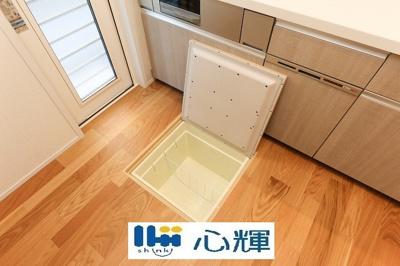 キッチン床下収納です。いざというときの非常食や使用頻度の低いものをコンパクトに収納します。