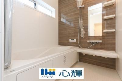 奥行きが深く、しっかり足を伸ばせる浴槽。一日の疲れも癒されます。