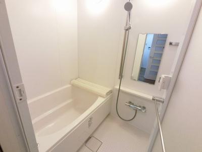 浴室乾燥機付のユニットバスです。 足を伸ばして一日の疲れを癒す事ができます。