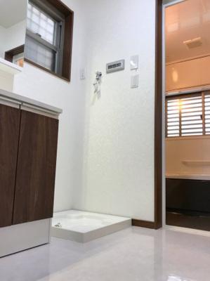 タイル調のフロアがオシャレな洗面室です♪