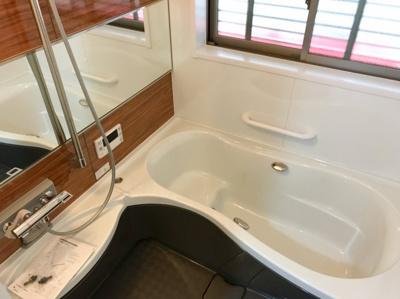 木目調のアクセントパネルがオシャレな浴室です♪窓が大きいのも嬉しいですね♪ミストサウナ機能、スピーカーも付いてます♪