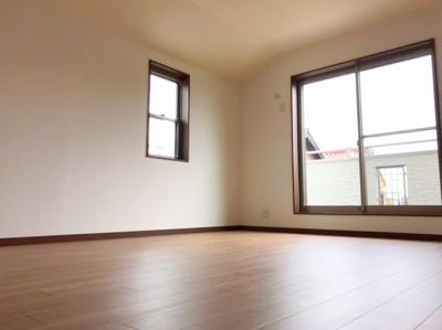 2階の約10帖の洋室です♪