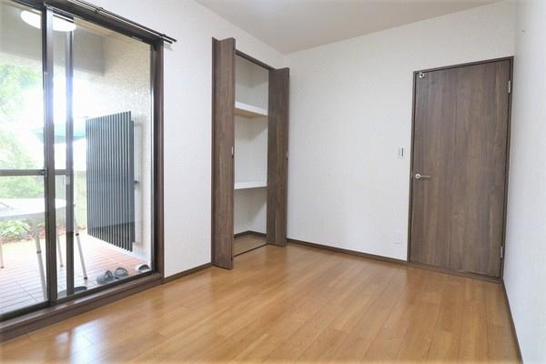 【洋室】 6.1帖洋室。大きなクローゼット付きでたくさん収納できます♪