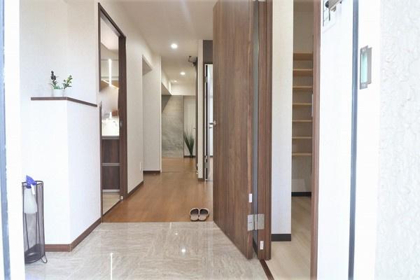 【玄関】 玄関右手にはシューズやコートを収納できるシューズインクローゼットがありたくさん収納できます♪