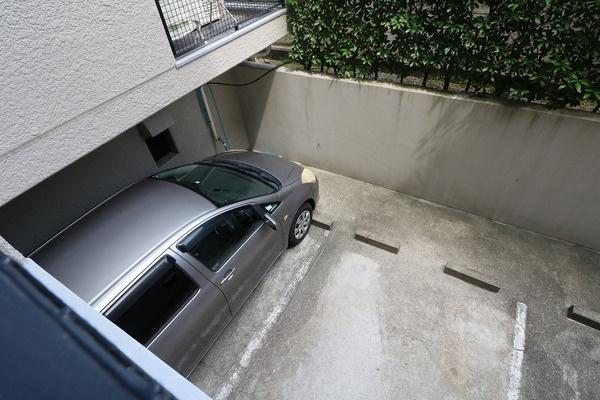 【駐車場】 ベランダから確認できる地下駐車場で大切な車も安心♪