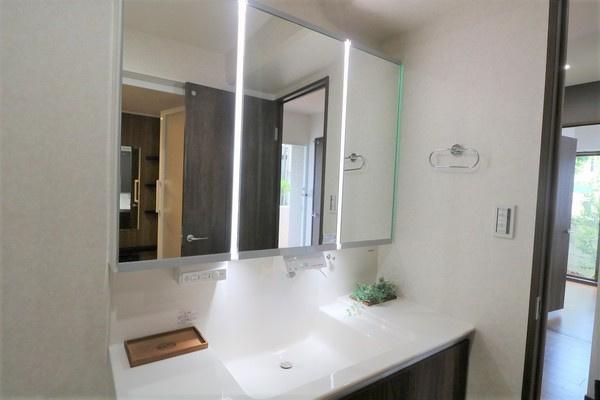 【洗面室】 大きな3面鏡付きの洗面化粧台。水は手をかざすだけで出てきます♪
