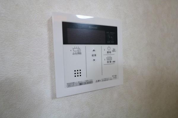 【設備】 予約風呂沸かし機能付きの給湯器です♪