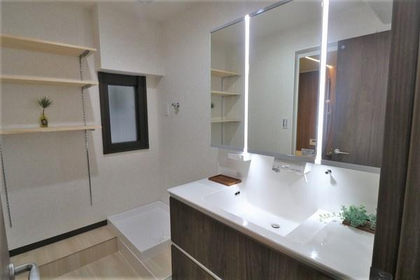 【洗面室】 デザインホテルを彷彿させるお洒落な洗面室です♪ 洗剤やバスタオルなどを収納出来る棚付き♪