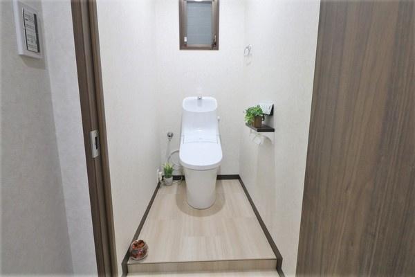 【トイレ】 お洒落なクロスのウォシュレット付きのトイレ♪