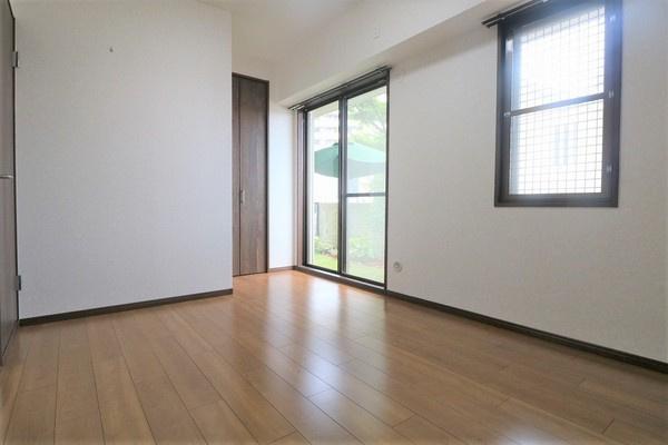 【洋室】 6.8帖洋室。たくさん収納できるクローゼット付き♪