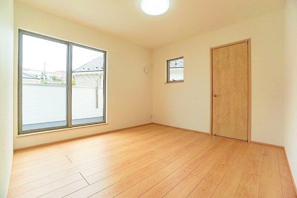 主寝室ともお使いいただける洋室には、 大きな収納も完備しております♪