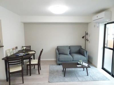 明るく開放的な空間が広がるLDK。室内にはバルコニーから、出窓からの2面採光が豊かな陽光が注ぎ込み、爽やかな住空間を演出。ホームパーティでもゲストと一緒に調理を楽しみながら時間を過ごせそう。