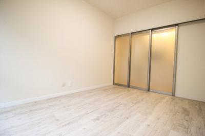 洋室1の建具を閉めた状態。採光がとれるタイプ建具なので、お部屋が広く感じられます。