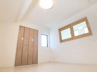 2階7.0帖の洋室です