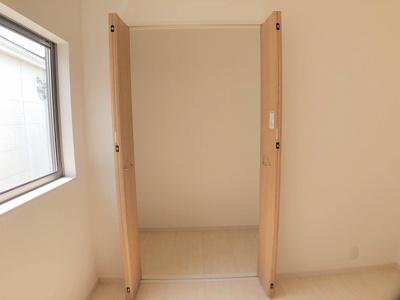 2階6.0帖の洋室クローゼットです