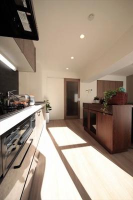 ワイドバルコニーに面した明るいキッチンです。
