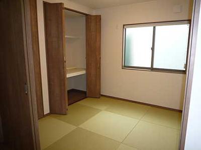 リビングに隣接した広々とした和室。 冬はコタツを置いたり、優しい畳の感触は 赤ちゃんのお昼寝にもぴったりです!