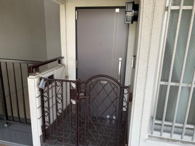 玄関ポーチがあります。