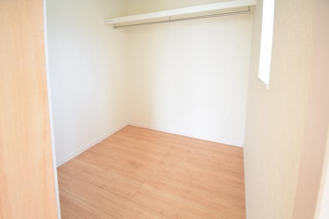2階8帖 棚もありますのでバックや小物の収納もできます。