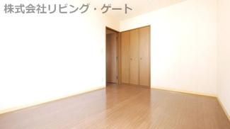 洋室6帖。白を基調としたシンプルなお部屋です。