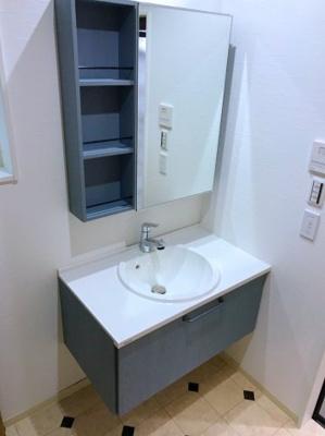 壁付けの洗面台は足元にスペースがあり、スタイリッシュです♪まるでカフェのお手洗いのようです♪