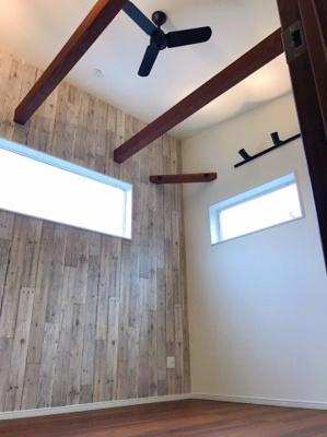 約7帖の主寝室は天井が高く、見せ梁が設置されています♪空調を循環させるためのシーリングファンもついてます♪