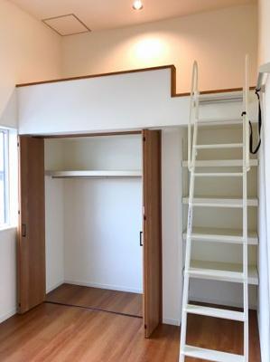 約5.6帖の洋室の収納です♪可動棚が付いているのは嬉しいですね♪