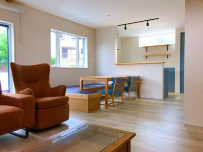 約21帖の広々としたリビングです♪家具が置いてあるので実際の生活がイメージできますね♪個人的には小上がりになっているダイニングの椅子がお気に入りです( *´艸`)