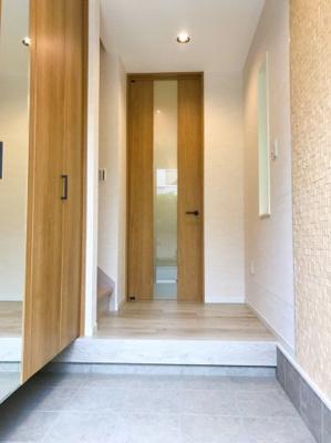 玄関左手にはシューズボックスがあります♪突当りの扉がLDKに続いています♪