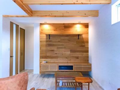 LDKには造作にてTVボードが設置されています♪天井にある見せ梁で統一感が出てます♪