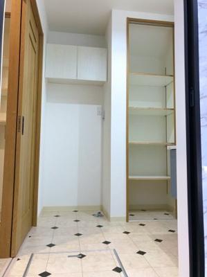 洗面室の収納はとても助かりますね♪洗濯機置き場の上部にキャビネットがあり、スペースを無駄なく活用しています♪