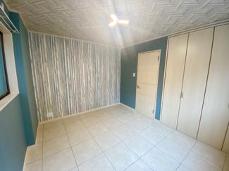 1階の洋室クロス、床材もこだわりのデザインとなっております。