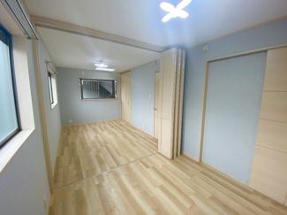 可動間仕切りにより仕切っておりますので、広く一部屋としてご利用いただくことや将来的に壁を入れて独立でご利用も可能です。