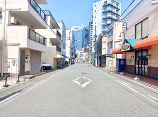 前面道路は開放的な8m道路、目の前には大型スーパーもございます。