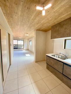 木目天井とフロアタイルが調和した配色となっております。