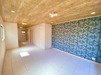 LDKは全面木目天井に床はスタイリッシュなフロアタイル、アクセントクロスもオシャレです。