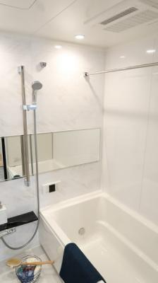 清潔感ある白基調の明るい浴室で、一日の疲れもスッキリ♪