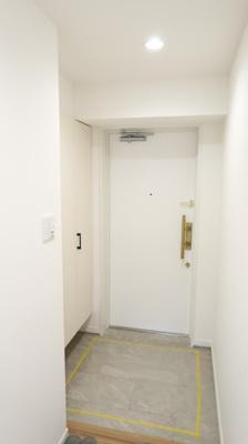 玄関を開けると、リビングに向かって明るい廊下が♪白を基調としているのでとても明るいですね♪