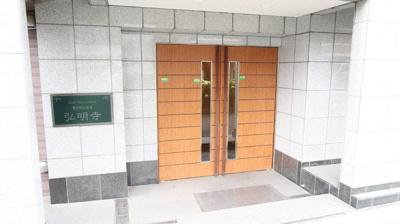 重厚感のある木目調のエントランスドアがおしゃれです♪もちろんオートロックが付いています。