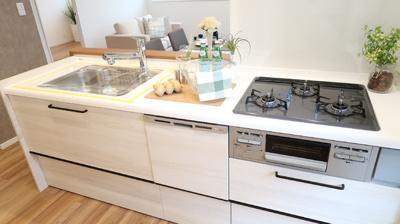 キッチンとダイニングが隣接したキッチンカウンターは、家族のコミュニケーションを豊かにしてくれます♪ 自然と会話が弾みますね♪