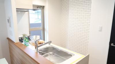 2面採光でキッチンスペースも明るく気持ちが良いですね♪背面のスペースも充分に確保されているので、冷蔵庫や食器棚を置くことができます♪
